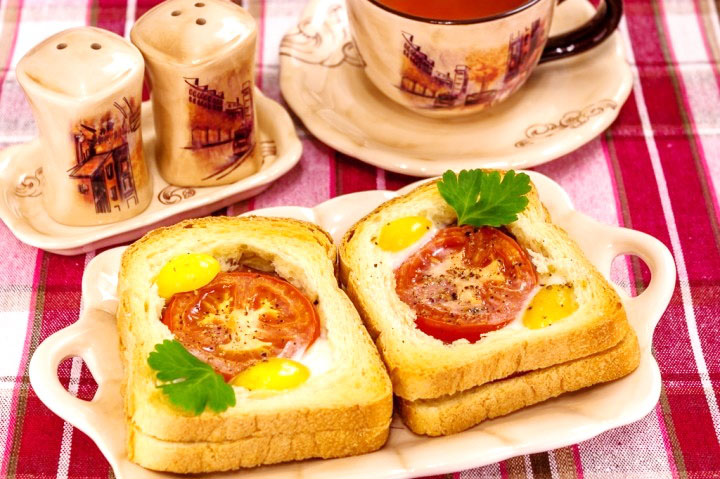 Sandwich cald cu rosii, sunca si oua